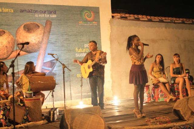 Convidados tocam com as Latinhas de Quintal