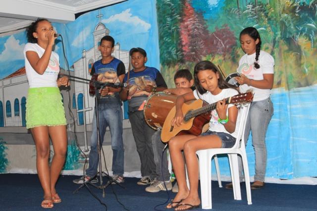 Latinhas de Quintal se apresentam na Escola Municipal José Vergolino