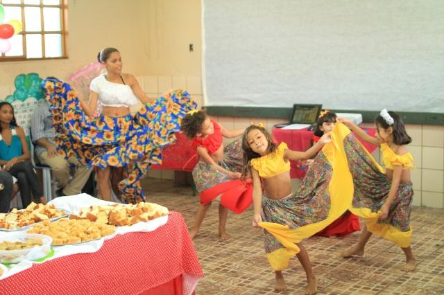 Camila e alunas mirins apresentam o carimbó na Escolinha Deodoro de Mendonça