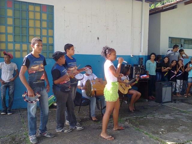 Latinhas de Quintal se apresentam na Escola Municipal