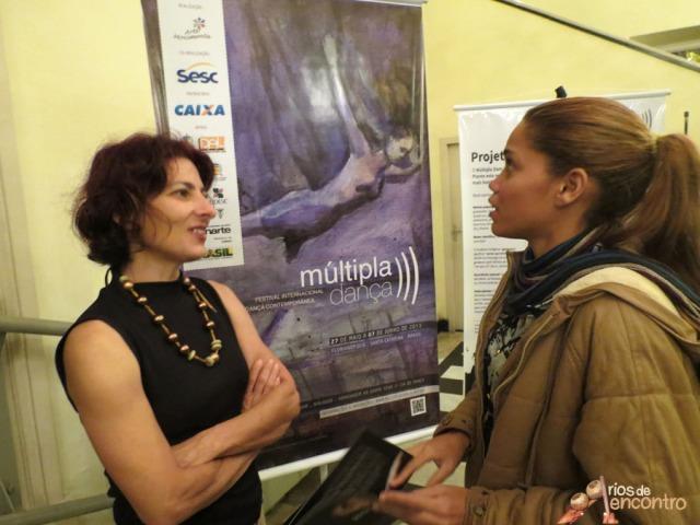 Camila Alves conversa com a diretora do Festival Internacional da Danca, Florianopolis, antes de lancar Amazonia Nossa Terra.