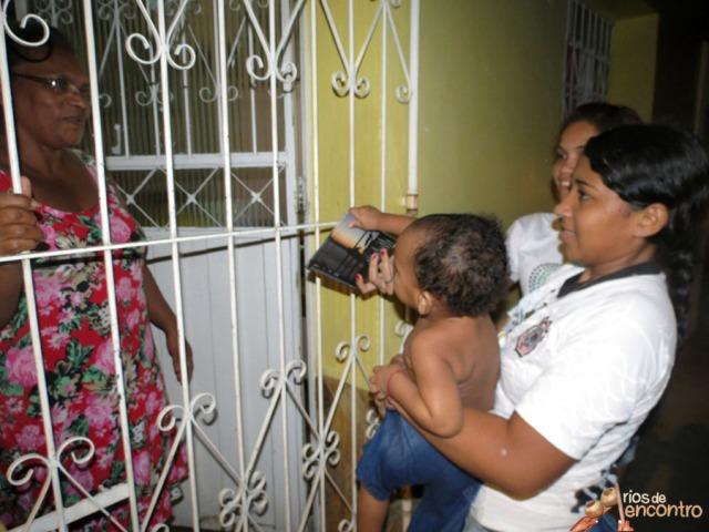 Elisa das Latinhas de Quintal entrega o seu CD Amazônia Nossa Terra na distribuição comunitária nas 400 casas do Cabelo Seco