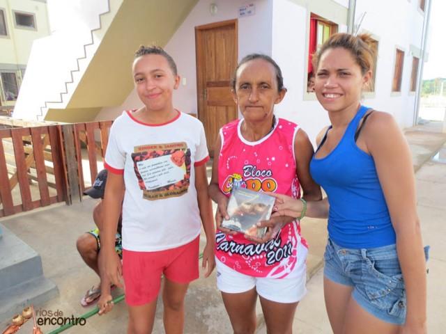 Camilla Alves das Latinhas de Quintal entrega o seu CD Amazônia Nossa Terra na distribuição comunitária nas 400 casas do Cabelo Seco