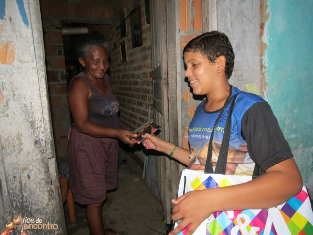 Matheus Sá das Latinhas de Quintal entrega o seu CD Amazônia Nossa Terra na distribuição comunitária nas 400 casas do Cabelo Seco