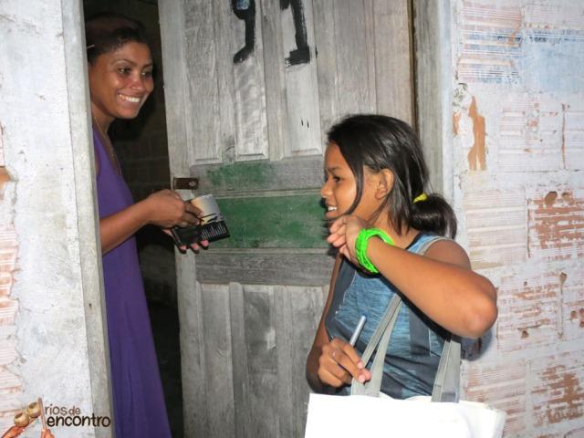 Évany Valente das Latinhas de Quintal entrega o seu CD Amazônia Nossa Terra na distribuição comunitária nas 400 casas do Cabelo Seco