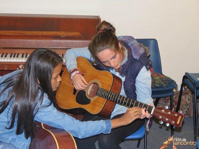 A artista ensina violão para músicos na Inglaterra