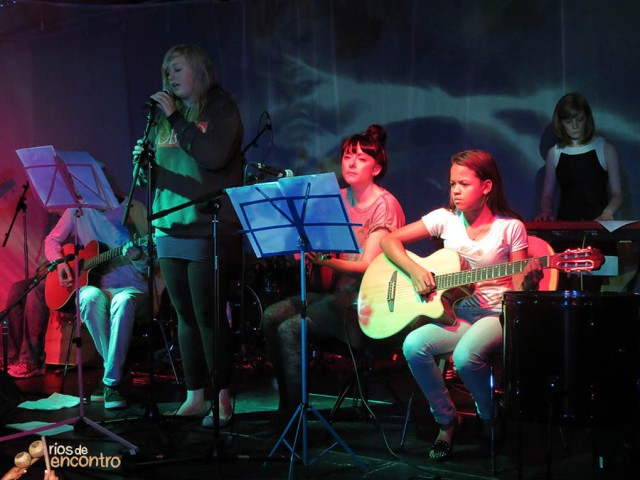 Jovens músicos apresentam 'Ei Moço' das Latinhas de Quintal na Inglaterra