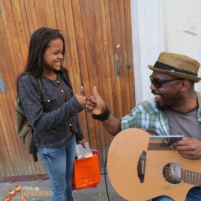 Músicos trocam CDs e respeito nas ruas de cultura em Paris