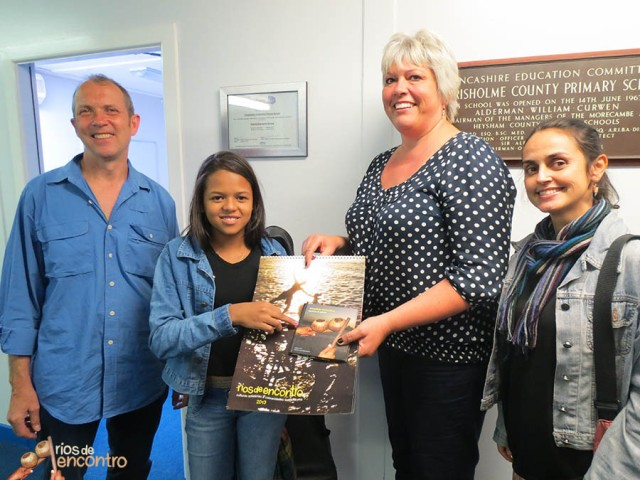 Évany visita escolas em Morecambe e compartilha nosso projeto a través do CD Amazônia Nossa Terra e do Calendário Rios de Encontro 2013