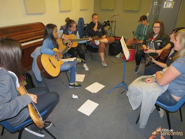 Évany Valente colabora com músicos do projeto More Music em Morecambe, Inglaterra