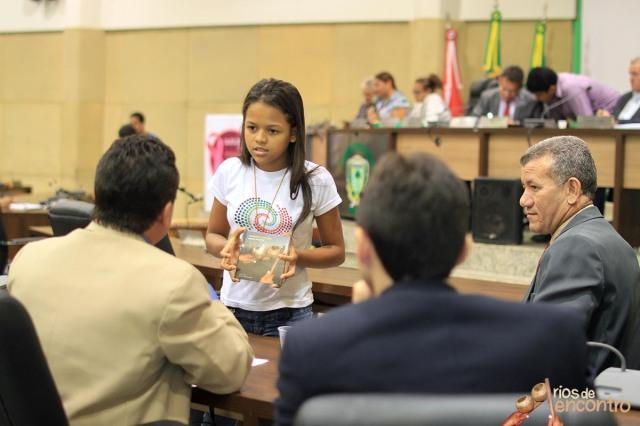 E_vany Valente das Latinhas de Quintal entrega Amazonia Nossa Terra as autoridades