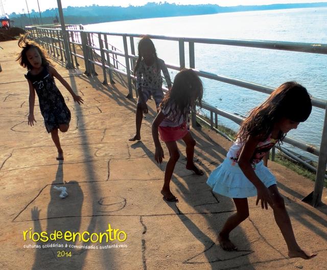 Capa do novo calendário que celebra meninas de Cabelo Seco brincando na beira do Rio Tocantins.