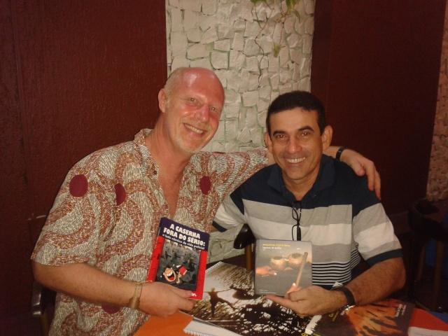 Dan Baron e Coronel Costa Jr da Polícia Militar do Belém do Pará trocam livros no final de uma conversa sobre segurança comunitária.