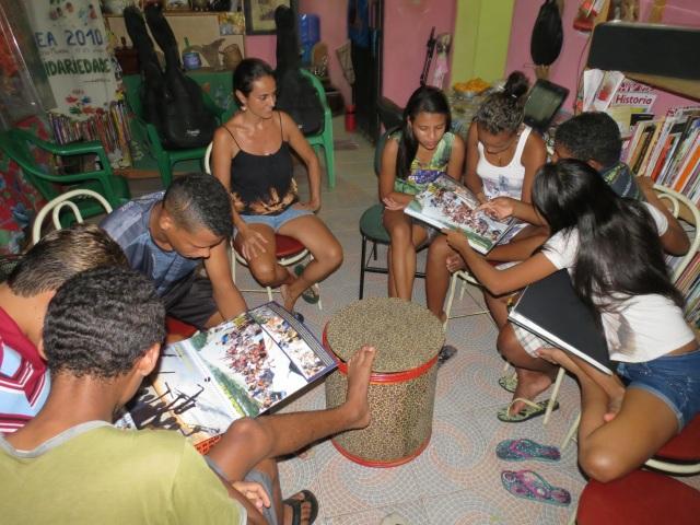 Jovens coordenadores estudam o calendário 2014