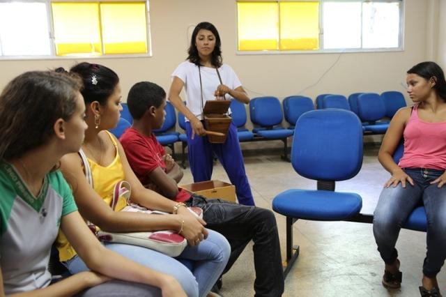 A artista peruana Cristina Ruiz demonstra como tocar a cachita numa roda pan-amazônica na Escola Plínio Pinheiro em Marabá.