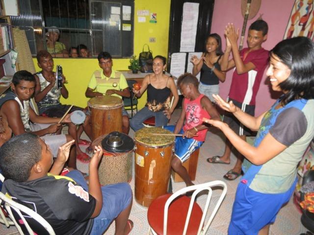 Cristina Ruiz participa numa roda imropovisada de percussao com Rabetas Videos e Latinhas de Quintal na Casinha de Cultura