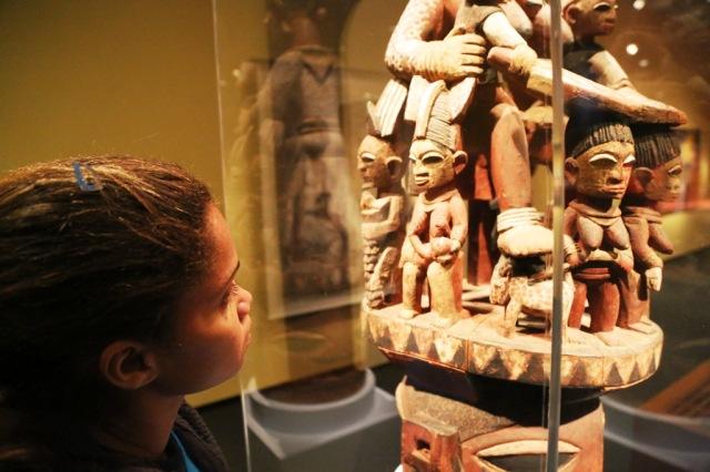 Camila pesquisa arte afro-contemporânea no Museu de Arte Africana.