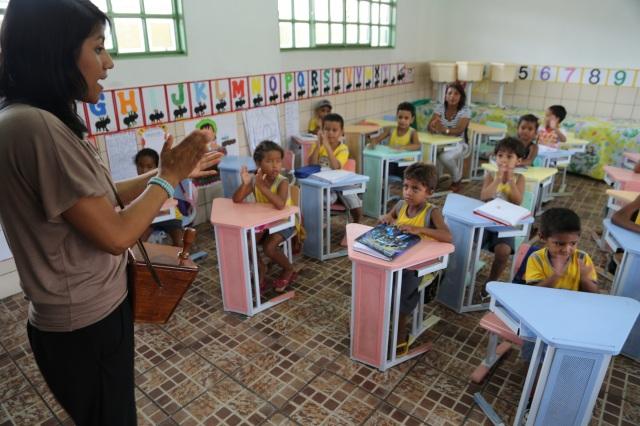 Cristina brinca com criancas na escolinha do Nucleo de Educação Infantil Deodoro de Mendonça em Cabelo Seco.
