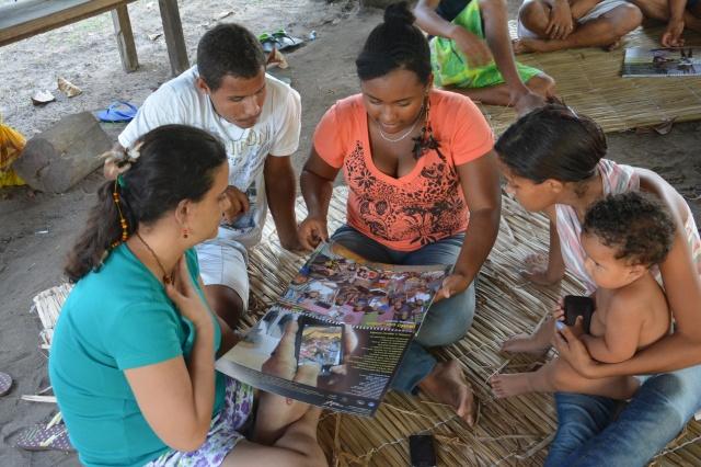 Jovens indígenas estudam o calendário Rios de Encontro para entender os desafios e propostas alternativas na Amazônia.