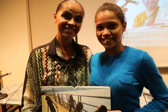 Marina da Silva recebe um calendário da Camila Alves.