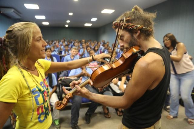 O Bobi toca músicas populares diversas no violino classico, derrubando preconceitos.