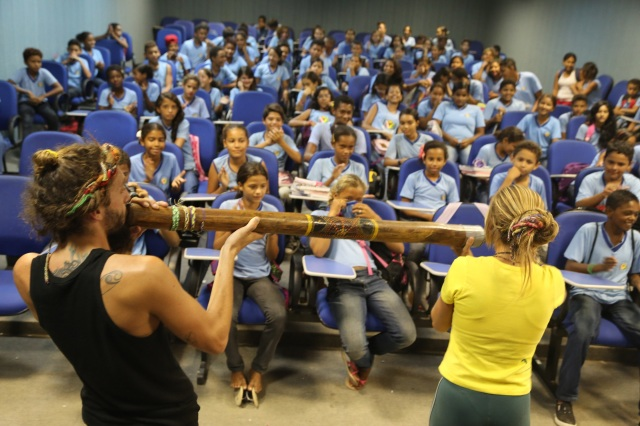Bobi e Mara toca o digeridoo na escola Judith Gomes Leitão para celebrar a diversidade cultural.