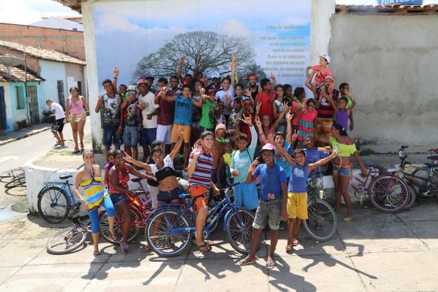 Bicicletada pela Mãe Natureza encerra com seu retrato ritual na 'galeria-do-povo'  que celebra a ultima samaumeira no Rio Itacaiunas, arvore ameacada pelo descuido ambiental atual dos governantes.jpg