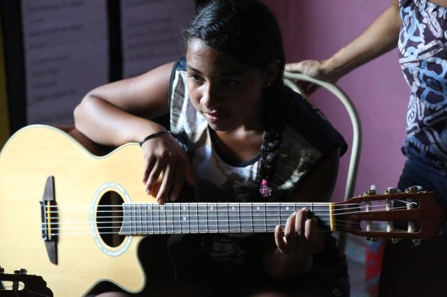 Elisa das Latinhas de Quintal troca percussão para violão com mestre Zequinha. Ela pretende montar um curso de verão.