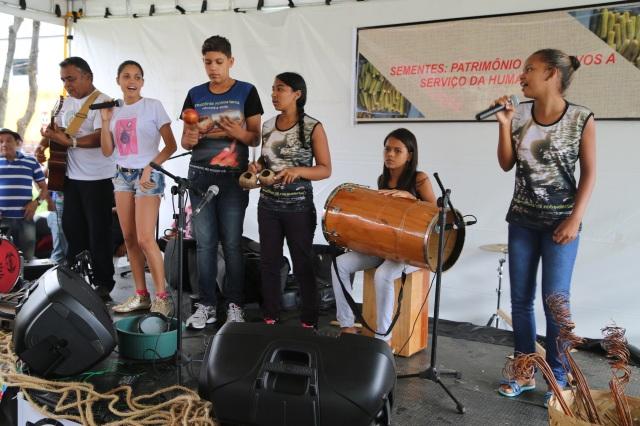Latinhas de Quintal cantam Amazonia Nossa Terra na Feira de Sementes Tradicionais.