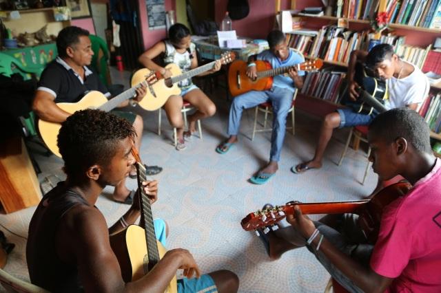 Rabetos Vídeos concluem sua primeira semana de aulas de violão com mestre Zequinha.