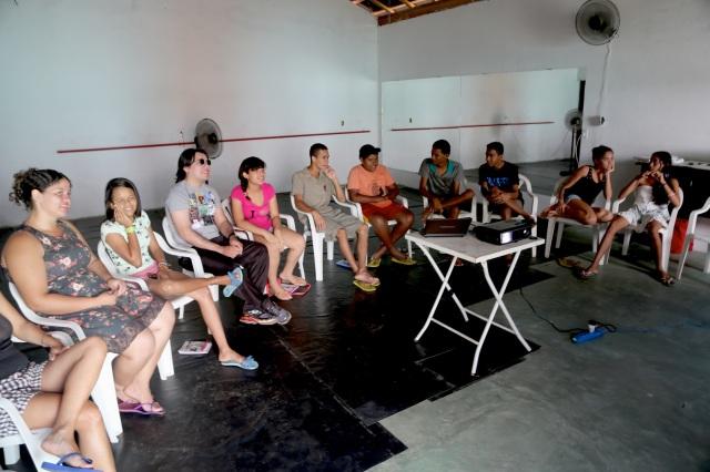O curso de inglês criativo coordenado pelo Dan Baron integrou teatro, canto, alfabetização visual e massagem durante oito oficinas.