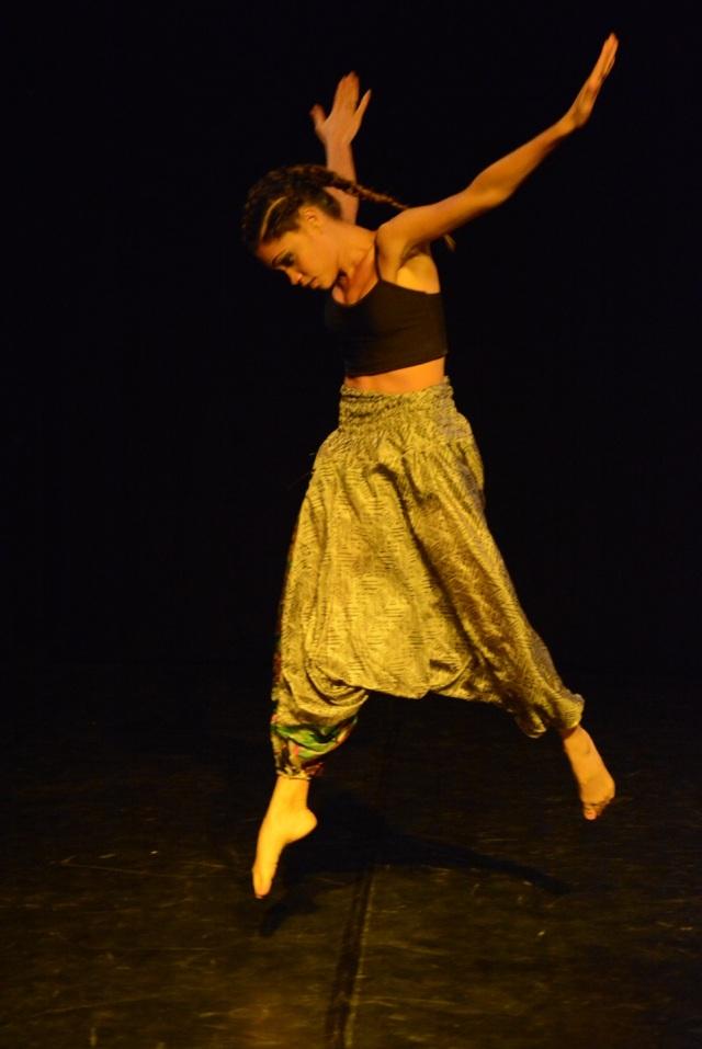 A partir de sua formação em ballet clássico , Camylla vem experimentando na busca de uma linguagem capaz de narrar a busca de sua história, interrompida por séculos de violência.