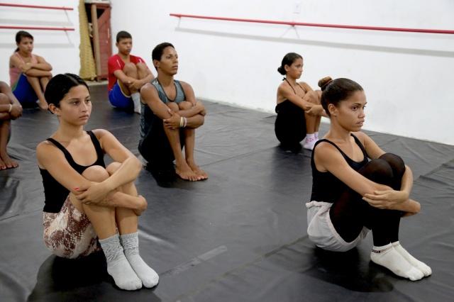 Camila Alves (18 anos) coordena um curso de dança pela vida que oferece ballet clássico, dança contemporânea, afro-contemporânea e consciência corporal.