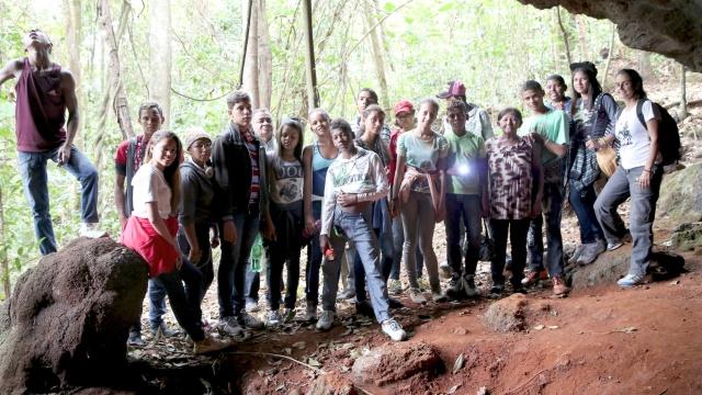 Os gestores do Rios de Encontro se retratam numa caverna na Floresta Nacional de Carajás.