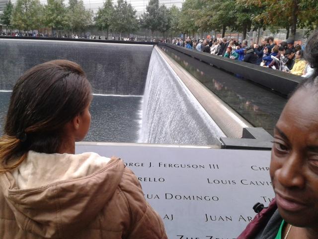 Camylla vivência o monumento as pessoas que morreram no dia 11 de setembro de 2001.