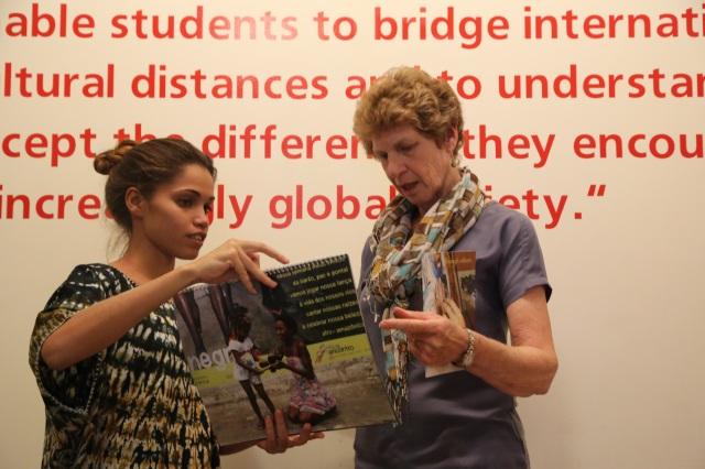 Camylla Alves apresenta o projeto do Rios de Encontro a Diretora Rosalyn McCarthy da Escola de Estudos Globais em Connecticut. Jovens artistas de Cabelo Seco voltara em 2015