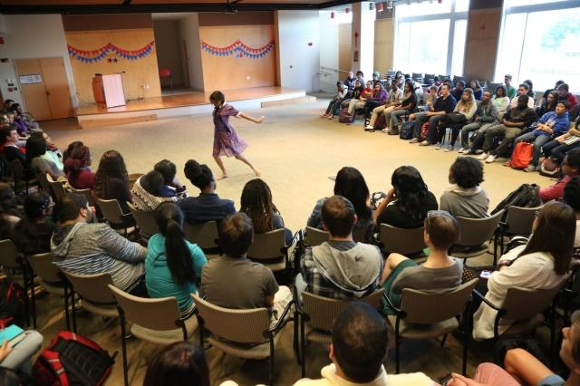 Camylla Alves da Cia AfroMundi apresenta 'Raizes e Antenas II' diante a escola inteira do Brian McMahon School for Global Studies, Connecticut (comp)