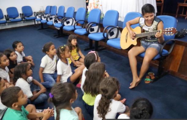 Carol Sousa (13 anos) das Latinhas de Quintal ajuda coordenar uma das 10 oficinas de 'Mais Cultura na Escola' no Jose Mendona Vergolino durante a Semana de Energia Solar.