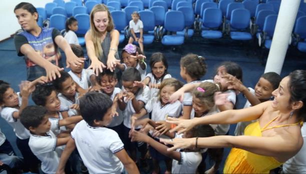 Energias de vida de Matheus Sa e Manoela Souza transformam um aluno timido numa oficina de canto e dança na escola Muniipal.