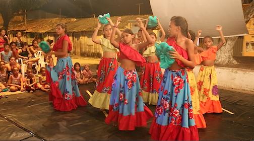 AfroMundi Juvenil dança carimbo na Pracinha de Cabelo Seco, dirigida pela jovem coreógrafa Camylla Alves.