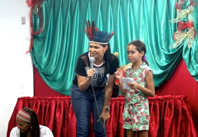 Professora Laudelina anuncia uma apresentação teatral acadêmica na Mendonça Cultural e abertura do Beleza Amazônica que valoriza sabedoria indígena e cuidado ambiental. Os governos federal e estadual nāo entendem o consenso popular e reflexos culturais aqui em Marabá sobre a preservação da Amazônia.