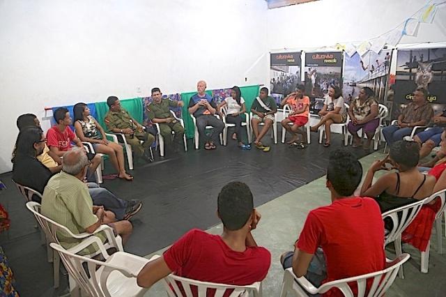 Jovens participam numa  roda de conversa sobre segurança ecosocial popular no Barracāo de Cultura em Cabelo Seco.
