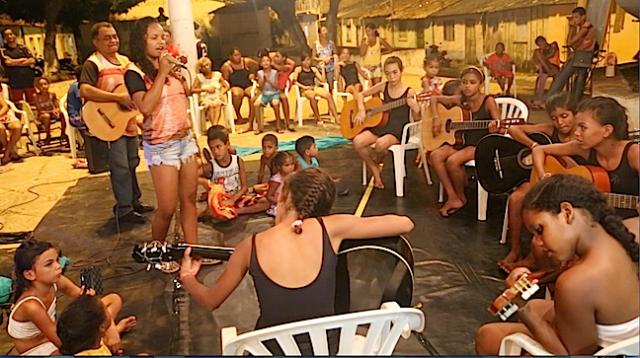 Cantora das Latinhas de Quintal, Carolayne Valente, apoia Zequinha Sousa e sua roda juvenil 'Violões da Vida' no palco do Festival Beleza Amazônica.