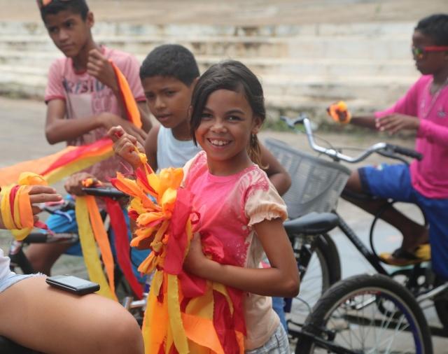 Novas coordenadoras da bicicletada surgem dos projetos de dança, violāo e biblioteca, se embelezando e embelezando bicicletas para representar energia solar.