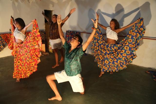 AfroMundi ensaia uma cena do novo espetaculo 'Deixa o Nosso Rio Passar', em preparação para sua apresentação na balsa nessa sábado