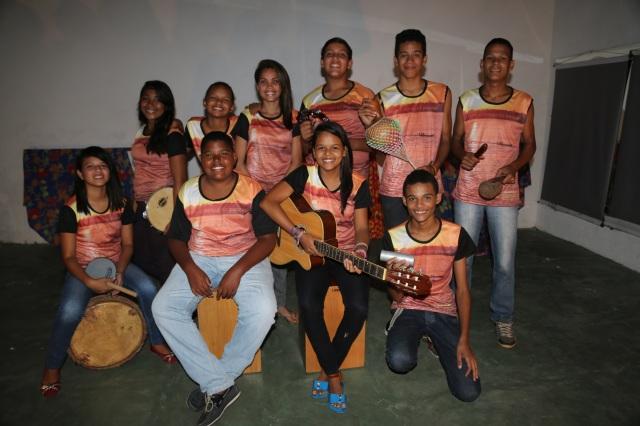 Os artistas, arte educadores populares e embaixadores amazônicos da Universidade Comunitária dos Rios em Cabelo Seco, vestidos na beleza do Rio Tocantins, que estão criando 'Deixa o Nosso Rio Passar' para New York em Abril