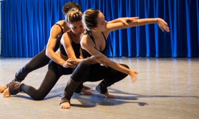 Lorena Melissa, Camila Alves e João Paulo Souza apresentam 'Lágrimas Secas' na escola PolyPrep em New York, durante o torné.