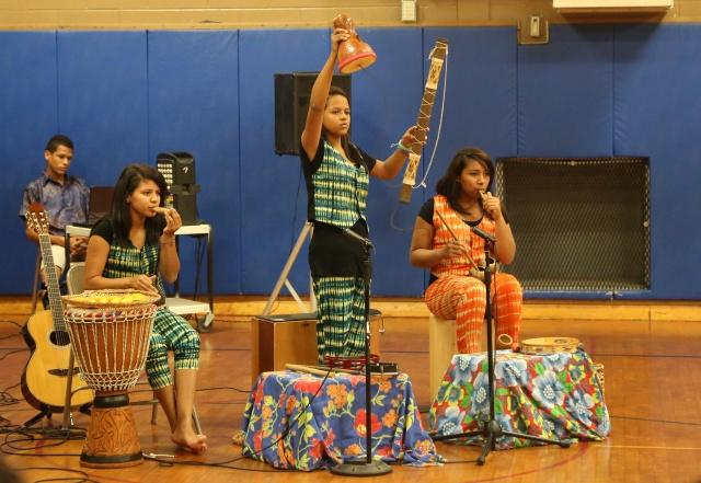 Carol Souza, Évany Valente e Eliza Neves evocam Amazônia numa apresentação escolar.