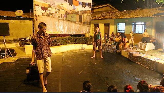 Sensibilizada pela Mãe Terra, Camylla Alves implora Rafael Varão e os jovens permanecer na sua comunidade de Cabelo Seco, no espetáculo 'Deixa o Nosso Rio Passar!'.