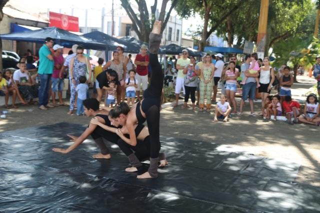 João Paulo Souza, Lorena Melissa e Camylla Alves da Cia AfroMundi apresenta 'Lágrimas Secas' na feirinha da Praça Duque de Caxias.